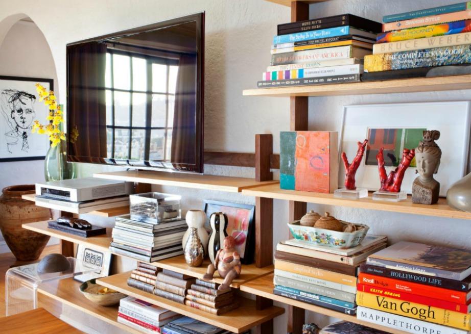 Προσθέστε ανοιχτά ράφια στον τοίχο στο σαλόνι για να οργανώσετε τέλεια τα βιβλία σας.