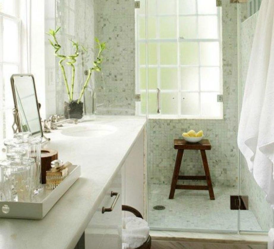 Σε ένα λευκό μπάνιο, το ξύλινο σκαμπό κάνει την απόλυτη αντίθεση.