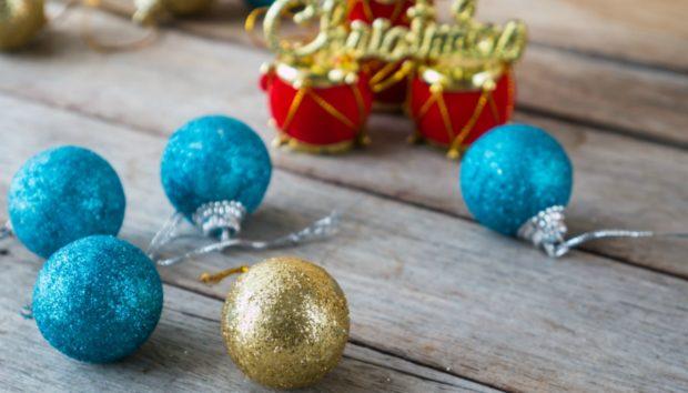 16 Διαφορετικές Ιδέες για να Διακοσμήσετε το Μπαλκόνι σας για τα Χριστούγεννα