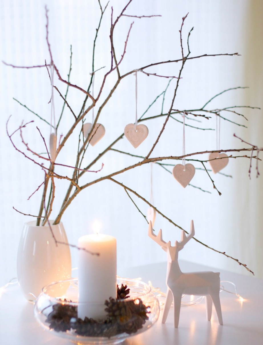 Δείτε πόσο όμορφος φαίνεται ο συνδυασμός του λευκού με τη λάμψη των κεριών.