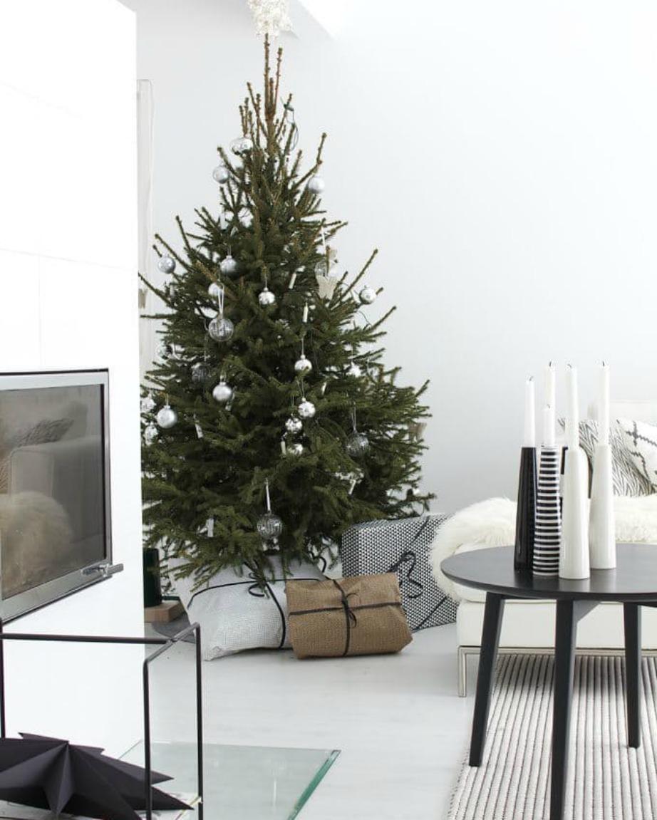 Τυλίξτε τα δώρα με σκουρόχρωμες ή γήινες αποχρώσεις.