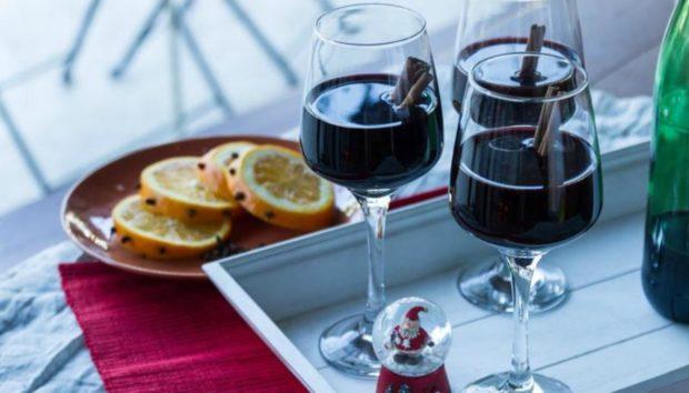 Φτιάξτε Ζεστό Γλυκό Κρασί με τη Συνταγή του Άκη Πετρετζίκη