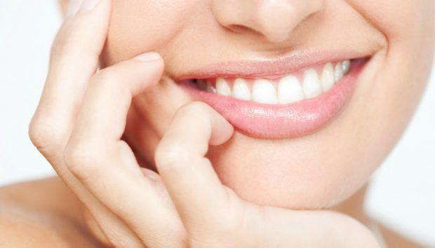 Έτσι θα Αποκτήσετε Κατάλευκα Δόντια Χωρίς να Επισκεφτείτε Οδοντίατρο (VIDEO)