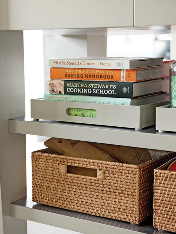 Οργανώστε τα ράφια της κουζίνας με καλάθια και δίσκους.