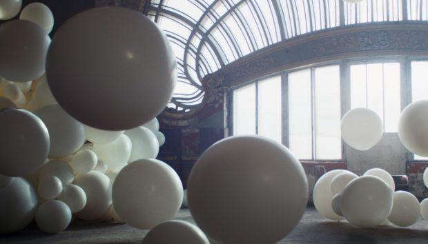 Δείτε 4.000 Μπαλόνια Γεμάτα Γκλίτερ να Σκάνε (VIDEO)
