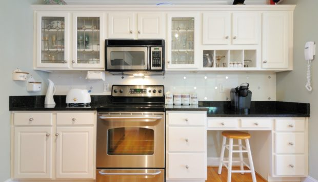 DIY Κουζίνα: Δώστε Εύκολα Νέα Πνοή στην Κουζίνα σας Αλλάζοντας Μόνο Ένα Πράγμα