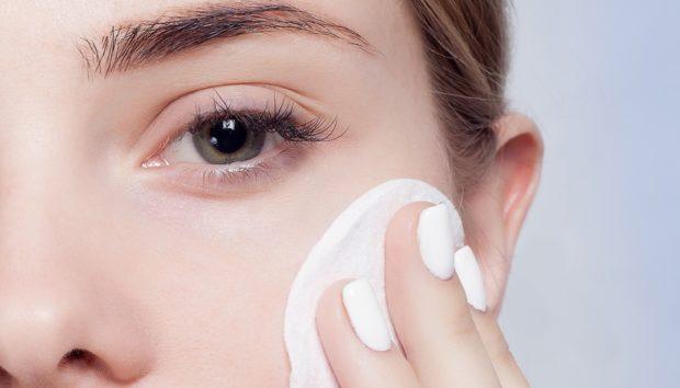 4 Tips για να Αφαιρείτε το Μέικαπ Χωρίς να Κάνετε Ρυτίδες Γύρω από τα Μάτια
