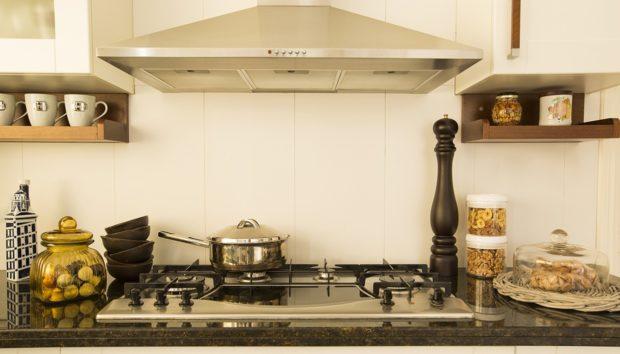 5 Ιδιοφυείς Ιδέες για να Εξοικονομήσετε Χώρο στη Μικροσκοπική σας Κουζίνα