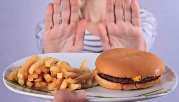 Ο Διατροφικός Μύθος που Πρέπει να Αποβάλλετε για να Σταματήσετε να Παρατρώτε
