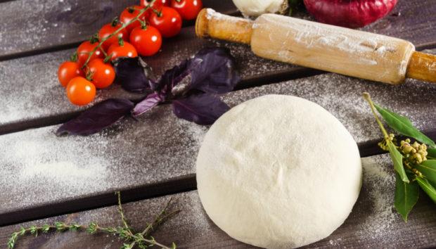 Φτιάξτε την Πιο Νόστιμη Βάση για Πίτσα με 2 Μόνο Υλικά