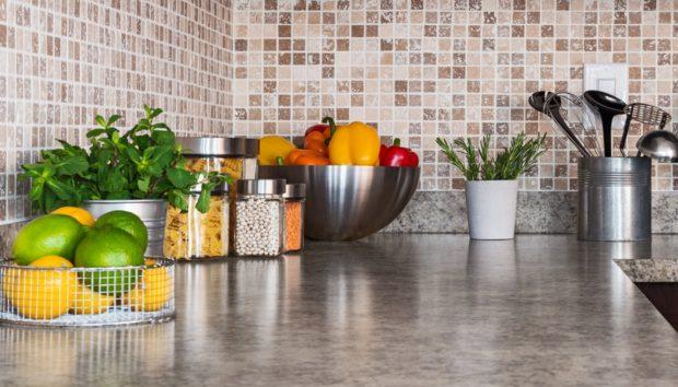 6 Τρόποι για να Οργανώσετε μια Κουζίνα με Λίγα (ή Καθόλου) Ντουλάπια