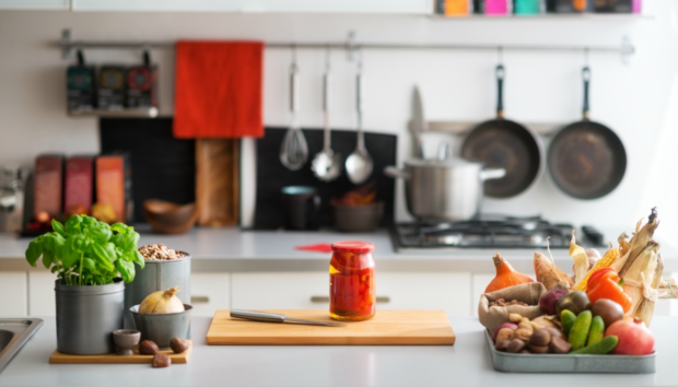 Έτσι θα Οργανώσετε μια Κουζίνα με Λίγα (ή Καθόλου) Ντουλάπια