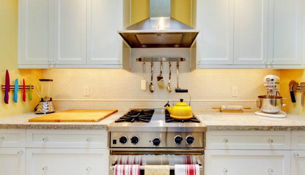 7 Στενόμακρες Κουζίνες που θα σας Δώσουν Έμπνευση για τη Δική σας