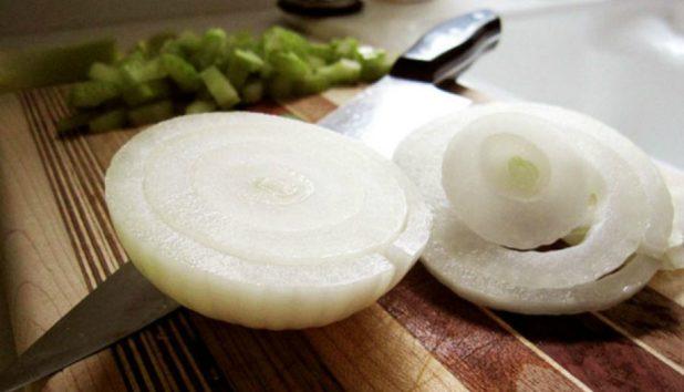 Ένα Απίστευτο (Δοκιμασμένο) Κόλπο για να μην Κλαίτε Όταν Καθαρίζετε Κρεμμύδια!