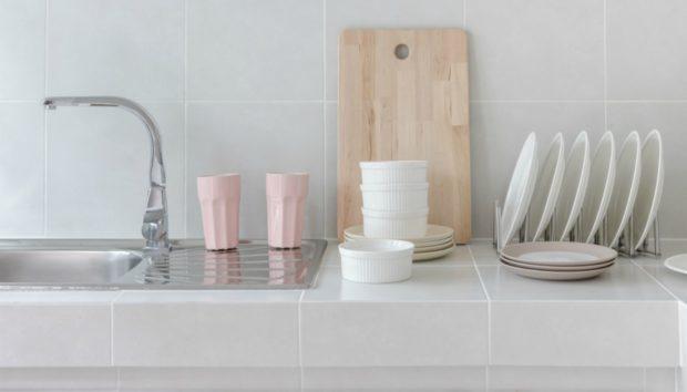 DIY: Να πώς θα Φτιάξετε Μόνοι σας μια Στιλάτη Βάση για να Στραγγίζετε τα Πιάτα σας