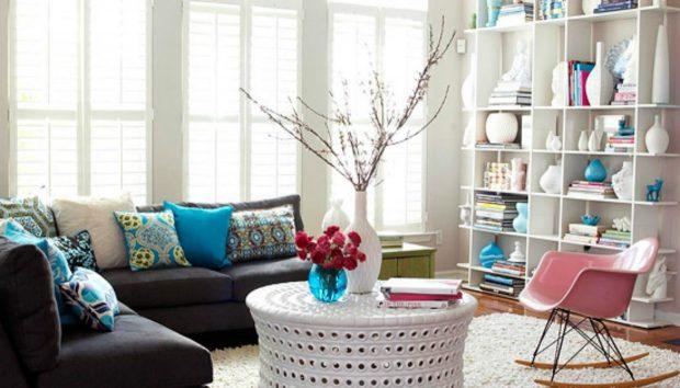 «Πώς μπορώ να διακοσμήσω τον χώρο γύρω από έναν μαύρο καναπέ;»