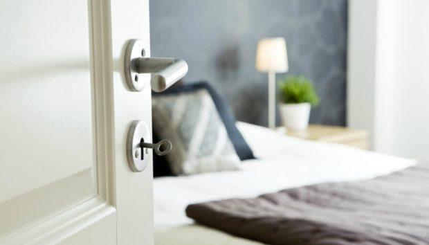 Να τι Πρέπει να Κάνετε αν το Κρεβάτι σας Είναι Κοντά στην Πόρτα του Δωματίου