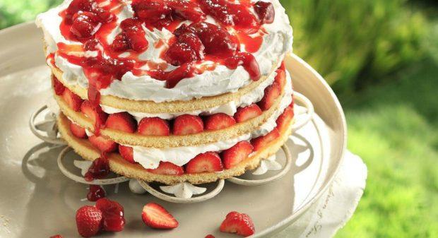 Καλοκαιρινή Τούρτα με Φράουλες: Δεν Έχετε Φτιάξει πιο Εύκολη Συνταγή!