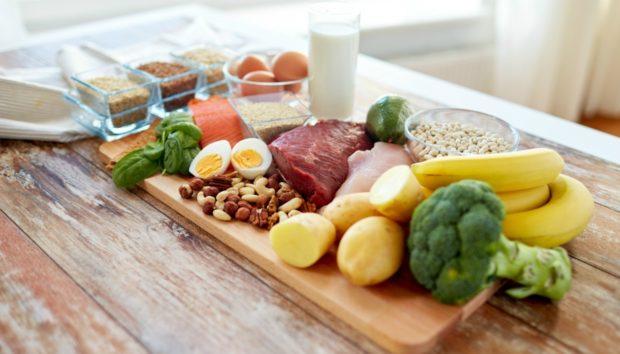 Πότε Πρέπει να Τρώμε Πρωινό και Πότε Βραδινό για να Χάσουμε Σωματικό Λίπος, Σύμφωνα με Νέα Έρευνα