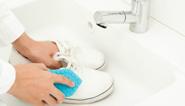 DIY: Ο Μαγικός Τρόπος για να Καθαρίσετε Τέλεια τα Λευκά Παπούτσια και Πάνινα (Χωρίς Πλύσιμο)!