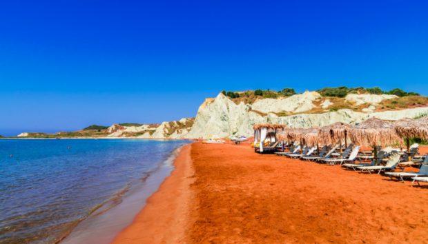 Η Παραλία με την Πορτοκαλί Αμμουδιά σε Ένα από τα Ομορφότερα Νησιά της Ελλάδας!