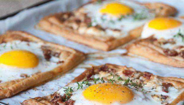 Πρωινό στο Σπίτι: Φτιάξτε Πανεύκολα Ατομικές Τάρτες με Αυγό και Μπέικον