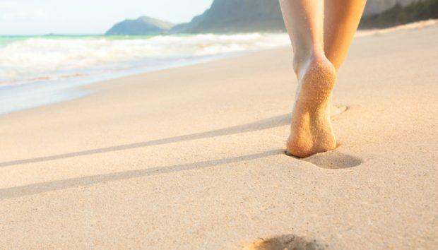 Υπάρχουν 6 Πολύ Σημαντικοί Λόγοι για να Περπατάτε Ξυπόλυτοι στην Άμμο