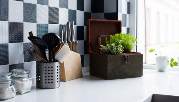 «Πώς μπορώ να βάψω τα πλακάκια της κουζίνας μου για να δείχνουν σαν καινούργια;»