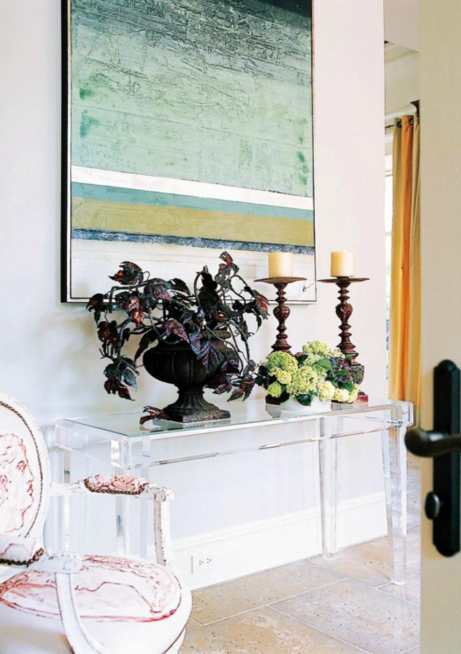 Το γυαλί και το πλεξιγκλάς είναι δύο υλικά που ταιριάζουν σε μοντέρνα χολ.