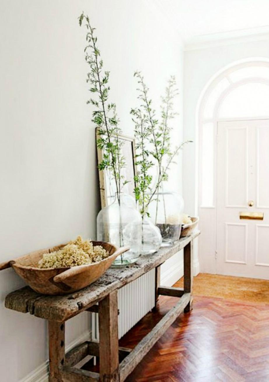 Αν το χολ σας είναι μικρό επιλέξτε λετά έπιπλα με στιλ, όπως αυτό το ξύλινο τραπεζάκι.