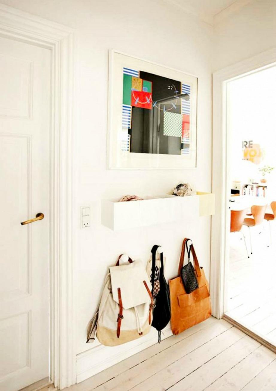 Προσθέστε ράφια και κρεμάστρες για να κάνετε τον χώρο σας όσο το δυνατόν πιο λειτουργικό.