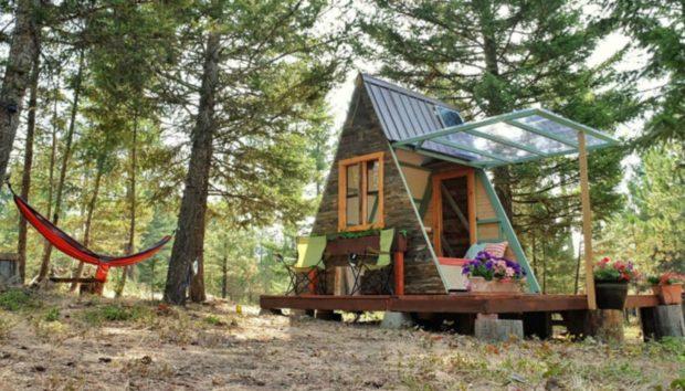 Αυτό το Ζευγάρι Έχτισε ένα Μικρό Σπίτι 7 τμ Ξοδεύοντας Μόνο 590 Ευρώ!