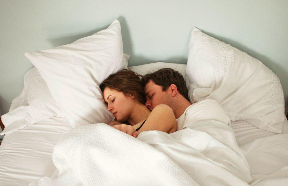 Όταν δυο γυμνιά κορμιά έρχονται σε επαφή, ο ύπνος (αν υπάρξει) είναι πολύ καλύτερος.
