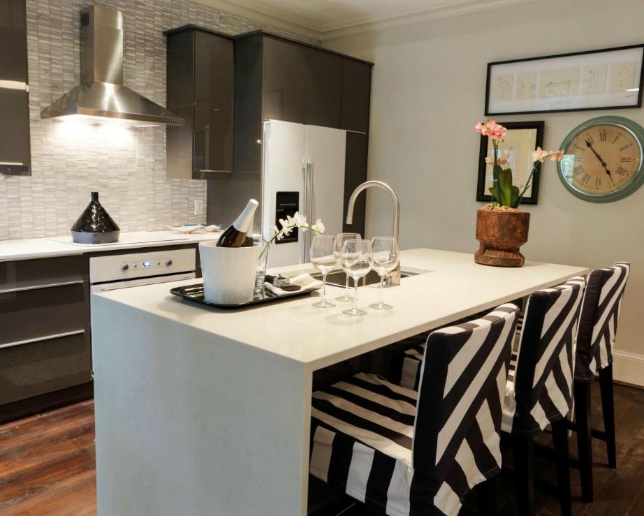 Οι ριγέ ασπρόμαυρες καρέκλες μεταμόρφωσαν εντελώς αυτήν την κουζίνα.