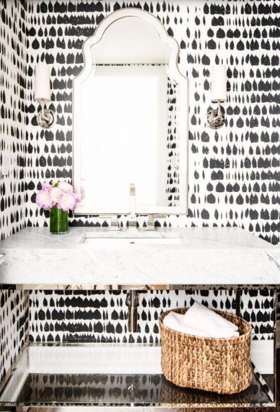 Η ασπρόμαυρη ταπετσαρία δείχνει πολύ ωραία στο μπάνιο, ειδικά αν τοποθετηθεί σε ένα μέρος του τοίχου και όχι σε όλο το μπάνιο.