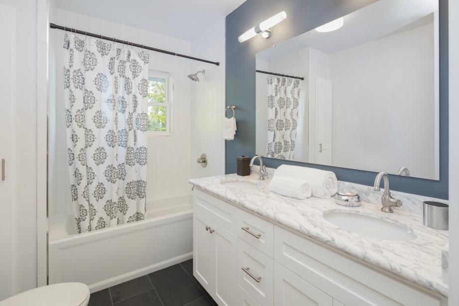 Καθαρίστε Αποτελεσματικά τα πιο Βρώμικα Σημεία στο Μπάνιο σας