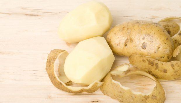 Ξεφλουδίστε τις Πατάτες σε Χρόνο Ρεκόρ με Αυτό το Πανέξυπνο Tip