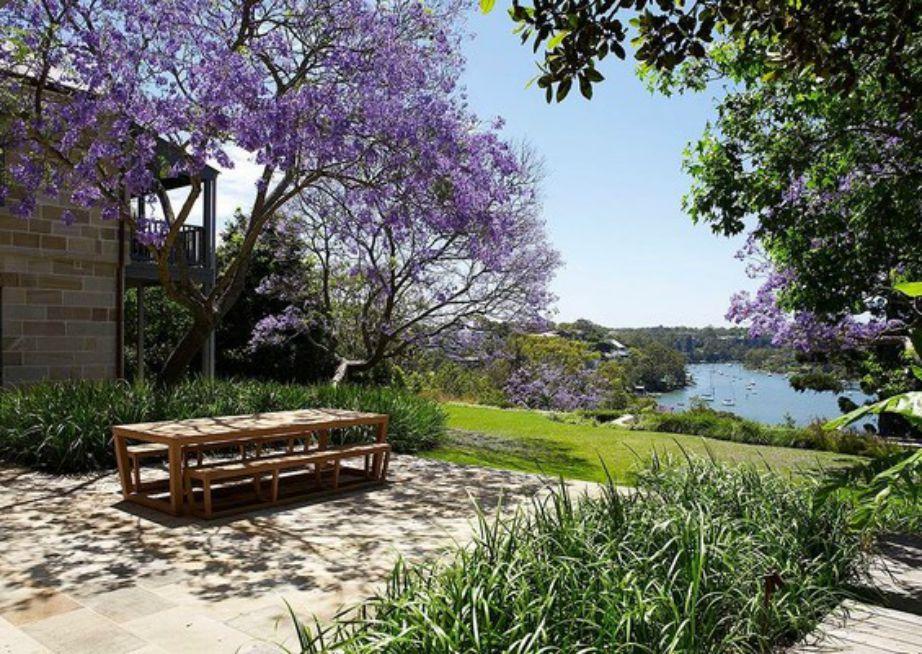 Το σπίτι της ηθοποιού πωλείται στην τιμή των 18 εκατομμυρίων ευρώ και είναι απολύτωνς φιλικό στο περιβάλλον και περιτριγυρίζεται από υπέροχη βλάστηση.