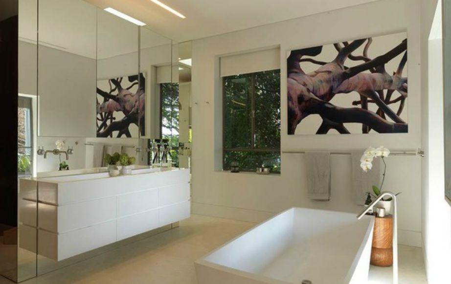 Το μπάνιο έχει διακοσμηθεί σε πιο σοφιστικέ στιλ.