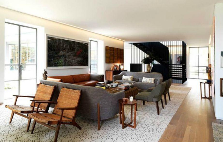Το σαλόνι της βίλας είναι σε γήινες αποχρώσεις με το καφέ και το γκρι να κυριαρχούν στον χώρο.