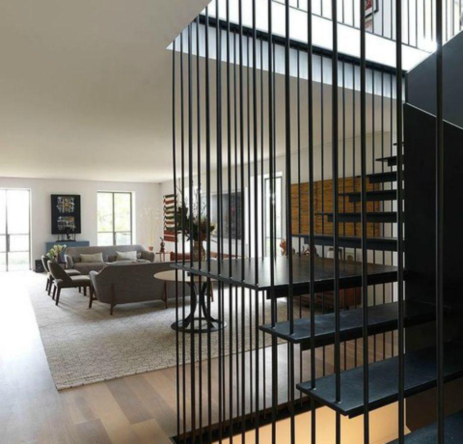 Οι μαύρες σκάλες δημιουργούν μια όμορφη αντίθεση με τους ουδέτερους τόνους του σαλονιού.