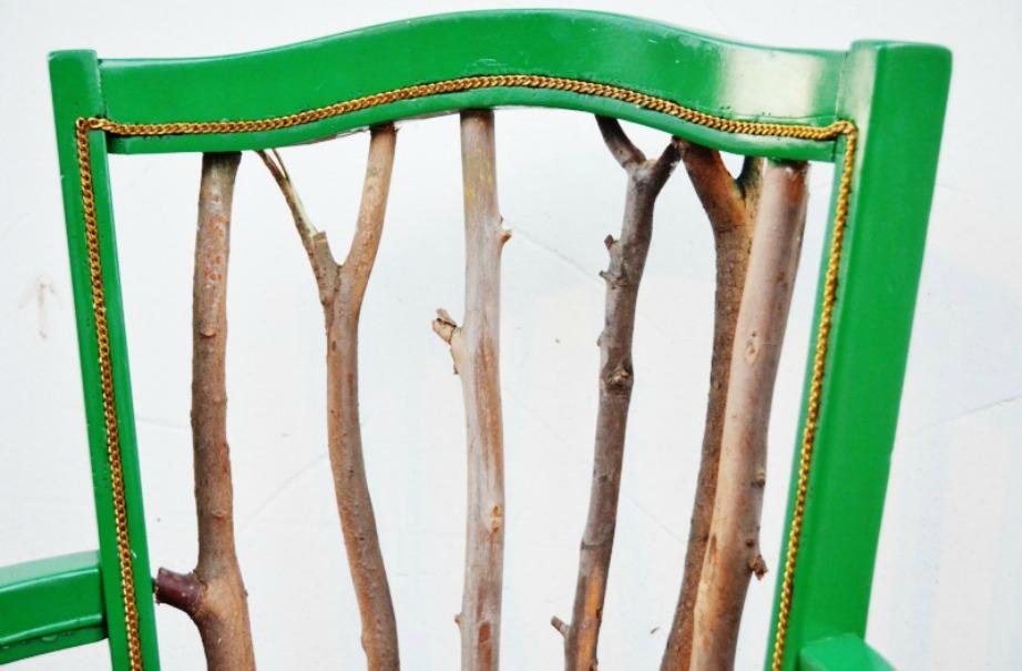Επιλέξτε τα κλαδιά που θα βάλετε στην πλάτη της καρέκλας και προσθέστε αν θέλετε αλυσίδα.