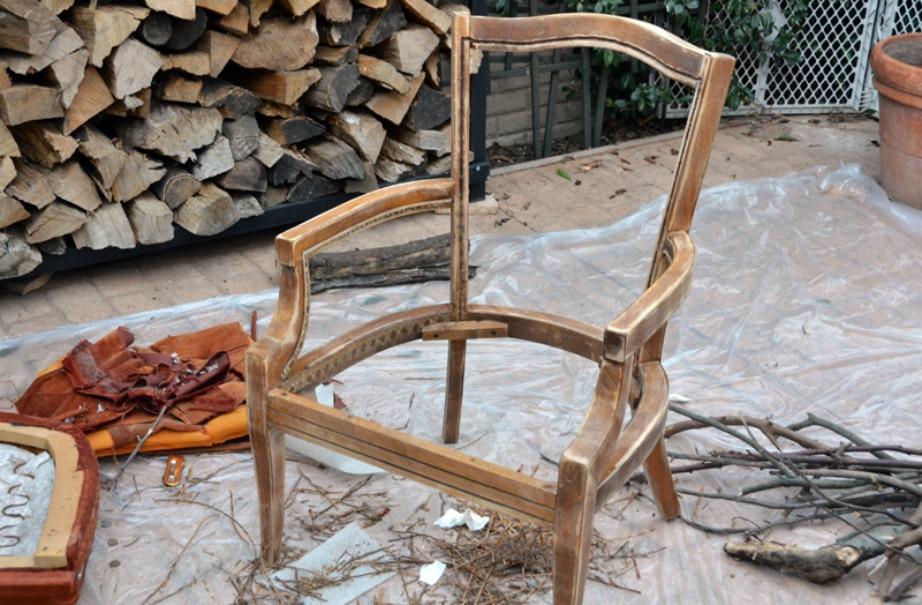 Ξεκινήστε τη μεταμόρφωση ξηλώνοντας την καρέκλα σας.