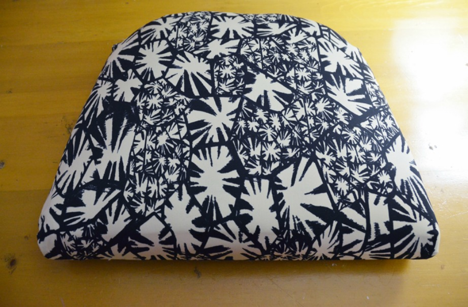 Επιλέξτε ένα όμορφο μοντέρνο ύφασμα για το μαξιλάρι της καρέκλας.