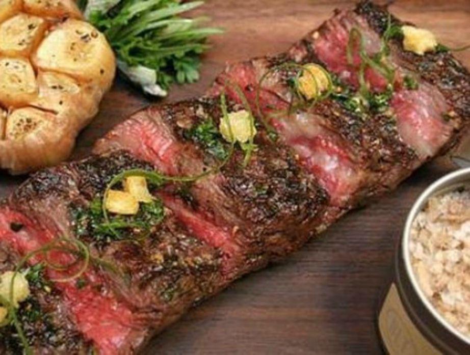 Για να βγει αυτό το τρυφερό κρέας, οι αγελάδες στην Ιαπωνία εκτρέφονται με μπύρες και μασάζ.