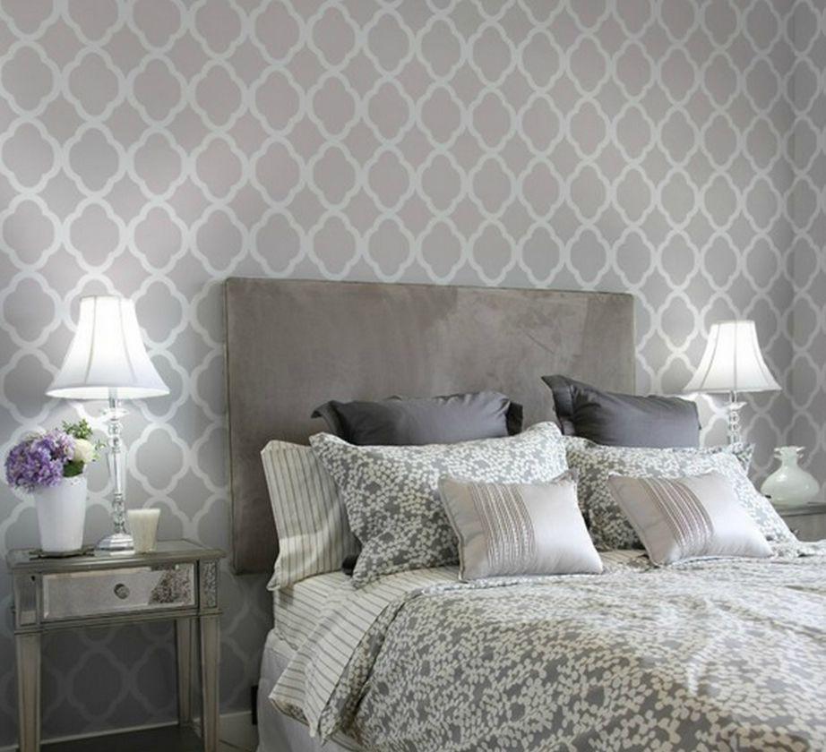 Προσθέστε μαξιλάρια σε γκρι χρώμα για περισσότερο στιλ και συνδυάστε τα με έναν βαμμένο τοίχο σε παλ γκρι απόχρωση για το υπνοδωμάτιο.