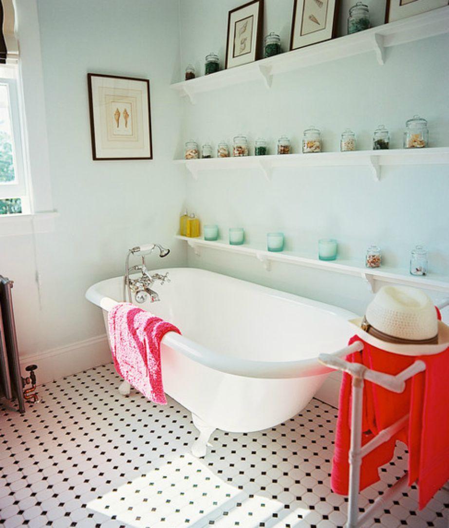 Μπορείτε α θέλετε να προσθέσετε 1 ή 2 ράφια πάνω από την μπανιέρα και να διακοσμήσετε με όμορφα ατμοσφαιρικά κεράκια.