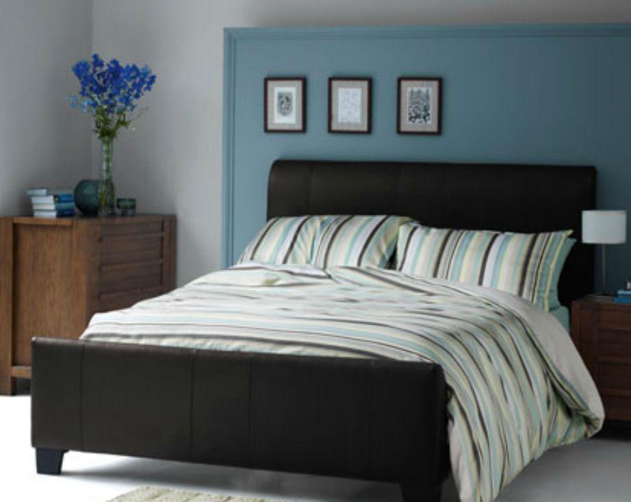 Σε αυτό το δωμάτιο οι πίνακες έχουν μπει πάνω από το κρεβάτι και αριστερά. Δεν υπάρχει κανένας λόγος για απόλυτη ομοιομορφία.