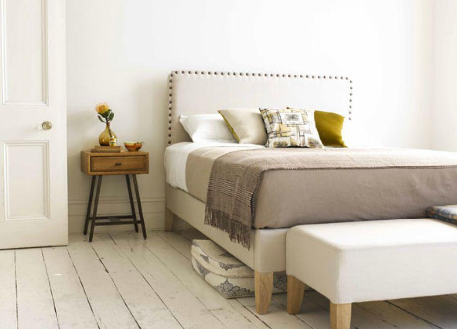 Αν δεν θέλετε να βάλετε πίνακες στους τούχους του δωματίου σας, τότε απλά προσθέστε ένα όμορφο κεφαλάρι για να γεμίσει ο χώρος.