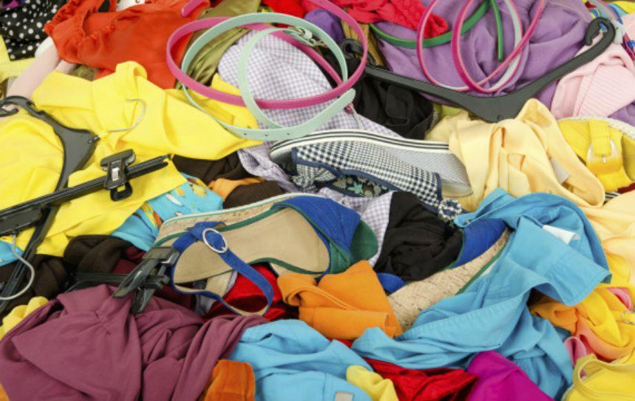 Ξεκινήστε το μάζεμα ξεκαθαρίζοντας πρώτα τα καλοκαιρινά ρούχα που φοριούνται ακόμα και το φθινόπωρο από αυτά που είναι αποκλειστικά και μόνο για το καλοκαίρι.